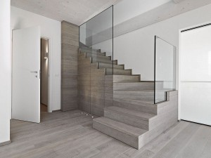 Modern-staircase-with-glass-railing